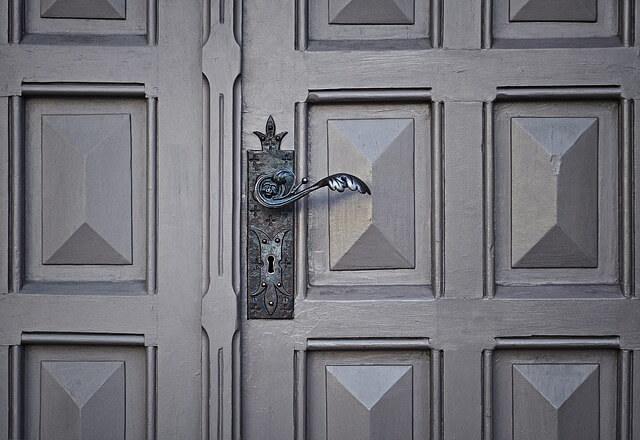 сива входна врата