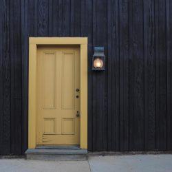 входна врата с лампа