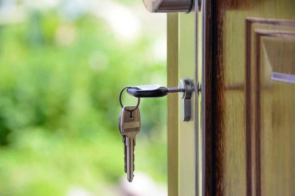 входна врата с ключ