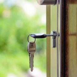 Отворена входна врата с ключ