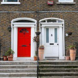 Бяла и червена входни врати и стълби