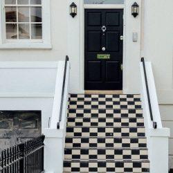 Шахматно стълбище и черна входна врата
